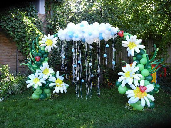 Tổ chức 8-3 trong góc vườn được trang trí nổi bật với cổng vòm làm từ bóng bay