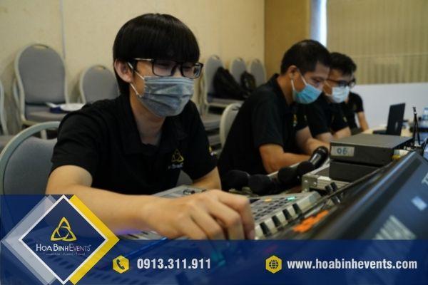 Nhân sự HoaBinh Events hỗ trợ xuyên suốt cuộc họp