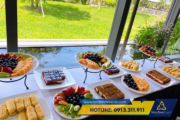 Thực đơn teabreak gồm trà, bánh và hoa quả