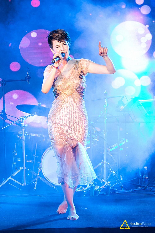 Càng về cuối chương trình, Thu Phương hát càng say. Cô xin phép khán giả được cởi giày cao gót và buộc váy để biểu diễn.