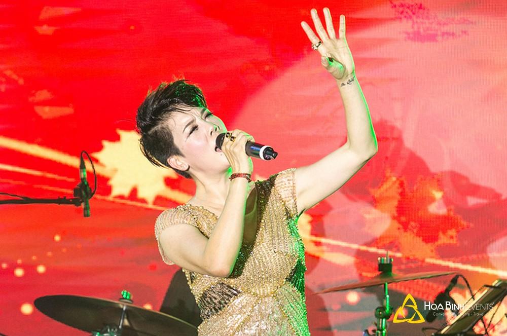 Bên cạnh những hit gắn liền tên tuổi, Thu Phương còn ngẫu hứng hát theo yêu cầu của khán giả một số ca khúc như