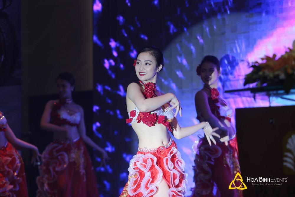 Tiết mục nóng bỏng được biểu diễn bởi vũ đoàn múa