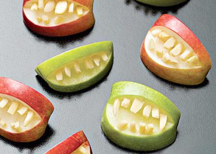 Hoa quả được gọt tỉa dưới hình dạng những bộ răng kinh dị