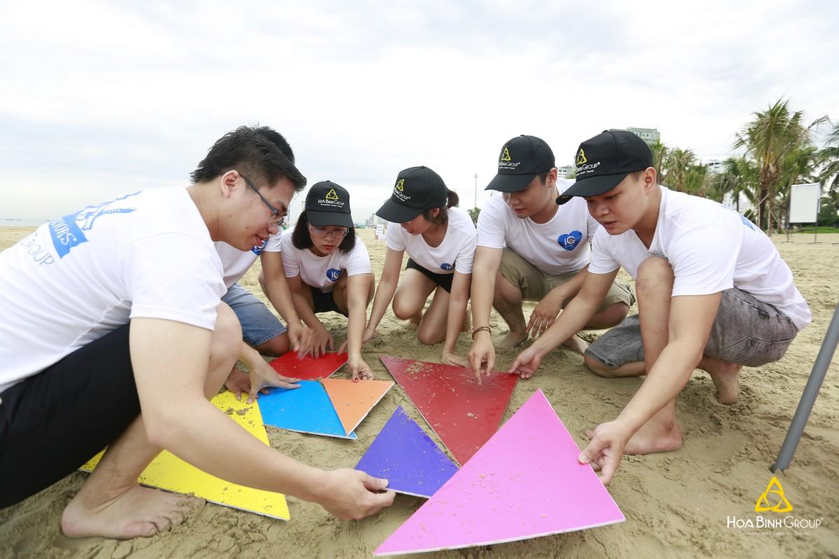 Team building là hoạt động tập thể, xây dựng tinh thần đồng đội, hỗ trợ lẫn nhau nhằm vượt qua thử thách đề ra