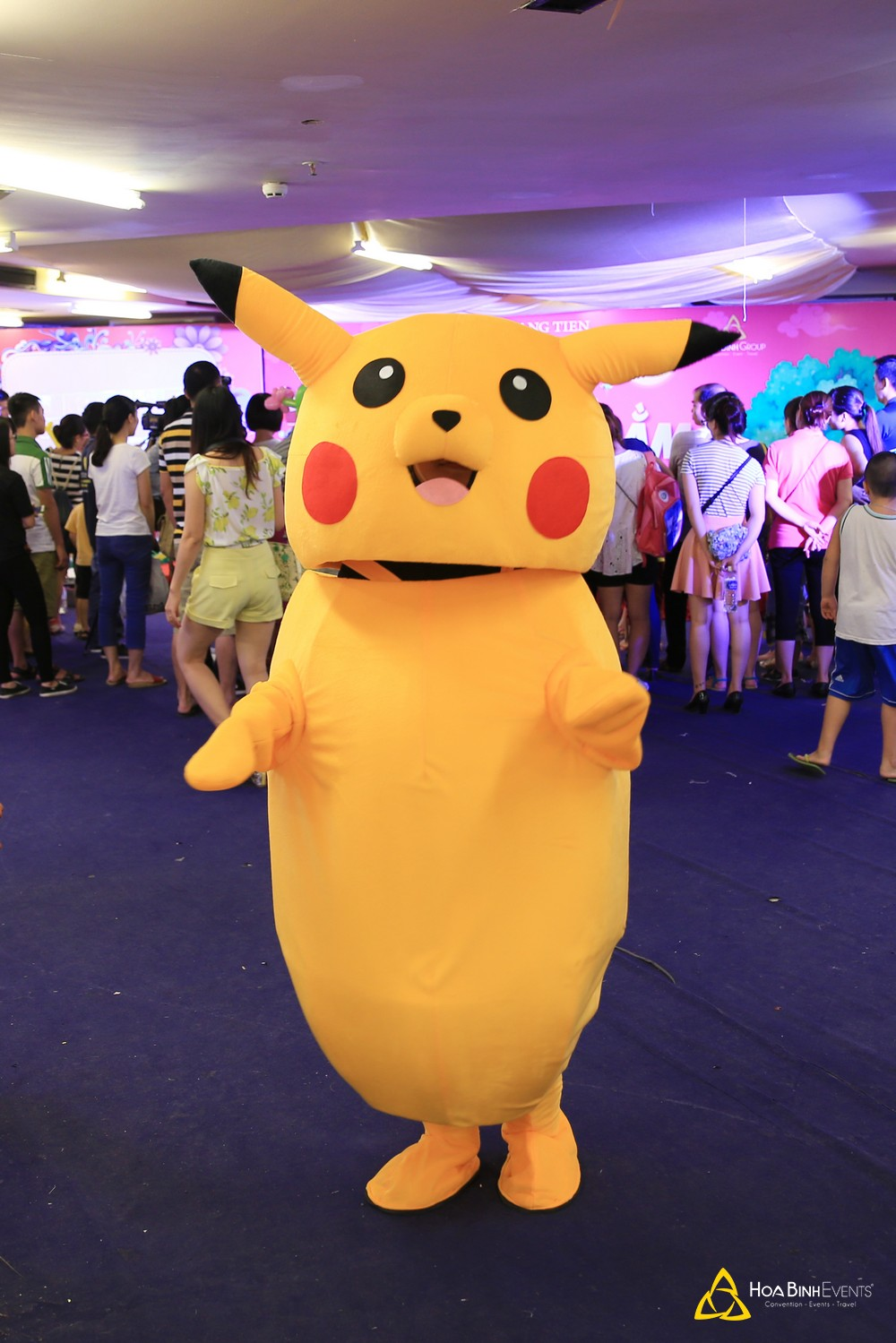 Hoạt náo viên mascot trong bộ trang phục Pikachu