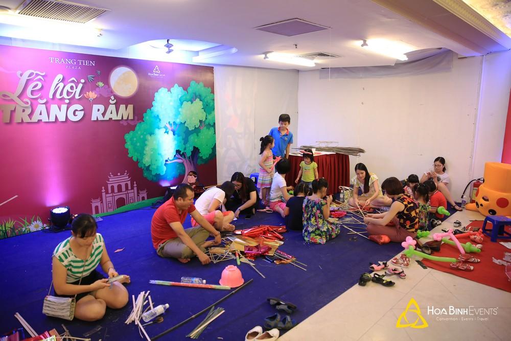 Phụ huynh và trẻ nhỏ cùng nhau tham gia các trò chơi trong chương trình